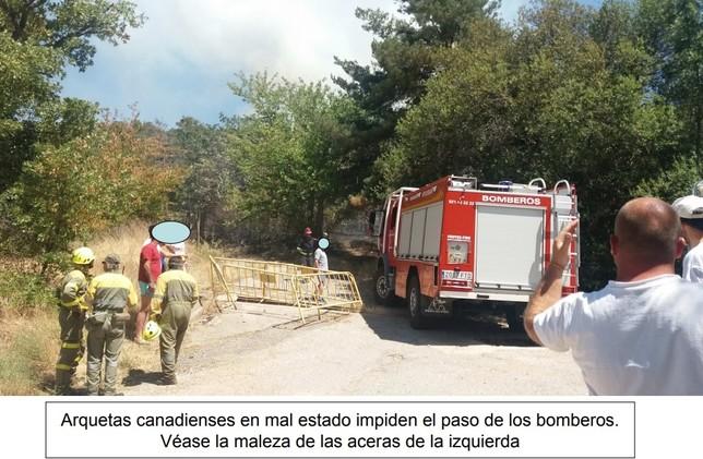 Arquetas en mal estado en la zona izquierda que dificultaron, según los vecinos, a la zona del incendio.