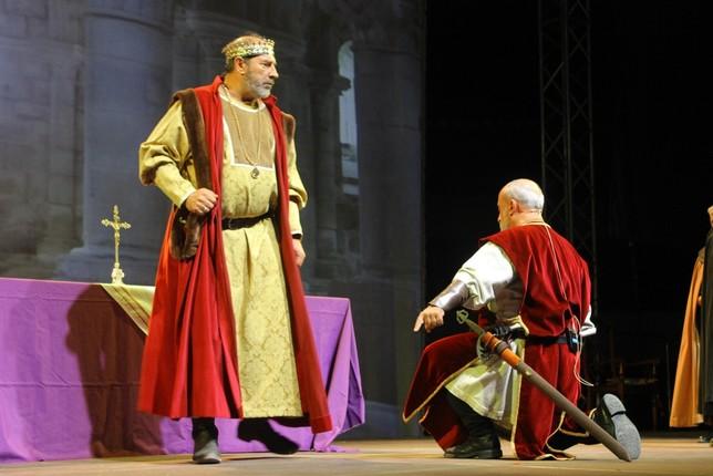 El Cid Campeador se arrodilla ante el rey Alfonso VI durante la representación teatral 'La Leyenda del Cid'.
