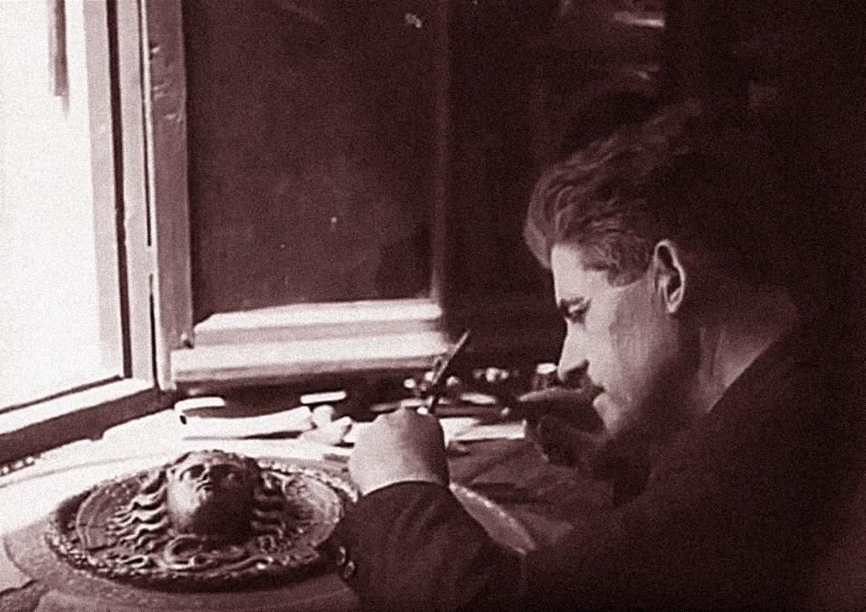 Julio Pascual, con alrededor de cincuenta años, trabajando en una rodela (edición de 1945, sonorizada, a partir de la filmación de 1928).