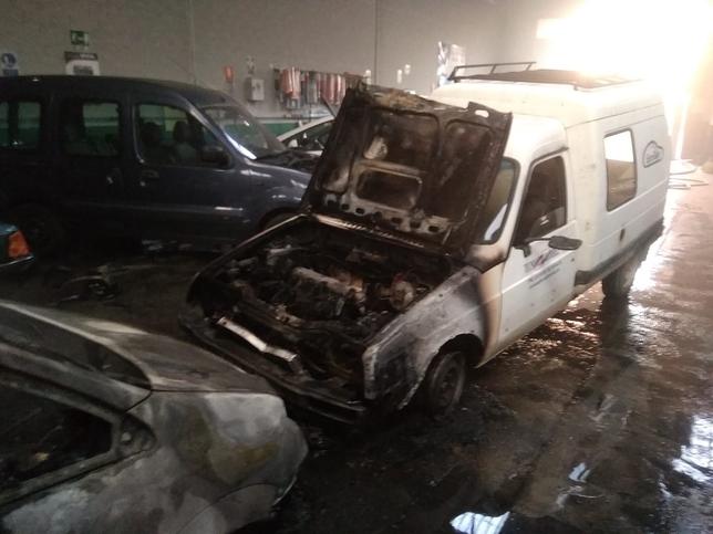 Dos vehículos quemados en un incendio en Tecnoauto