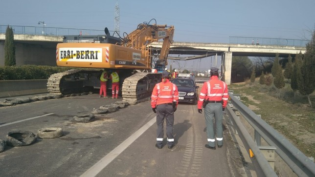 Derriban el puente tudelano que el sábado arrasó un camión