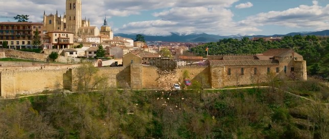 Dos coches atraviesan la muralla de Segovia en Line Walker 2