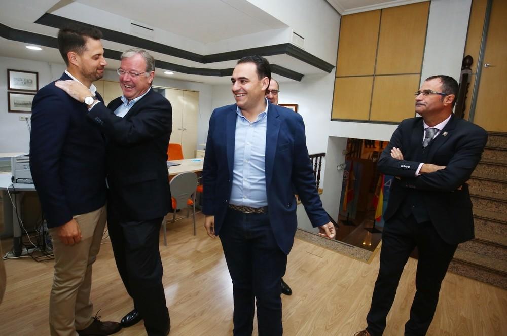 El secretario provincial del Partido Popular, José Miguel González Robles (2D), junto al candidato al Senado, Antonio Silván (2I), durante una visita a Ponferrada.
