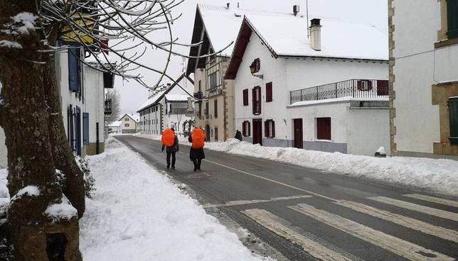 La nieve obliga a los peregrinos a cambiar el rumbo Twitter @Auritz_Burguete