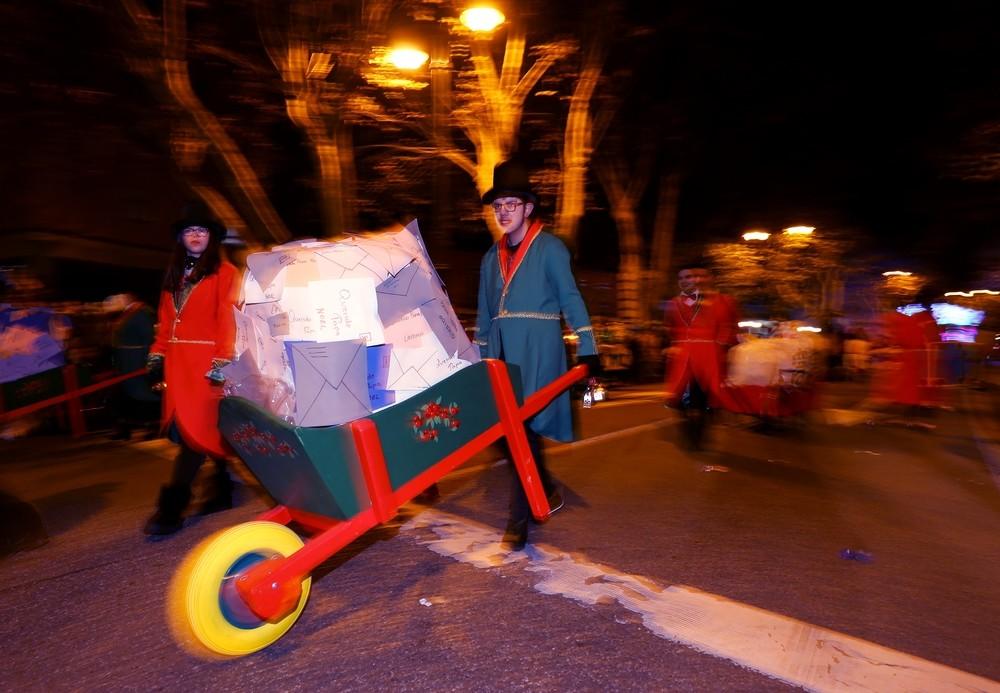 Valladolid arropa la llegada de Papá Noel en la 'Cabalgaza'