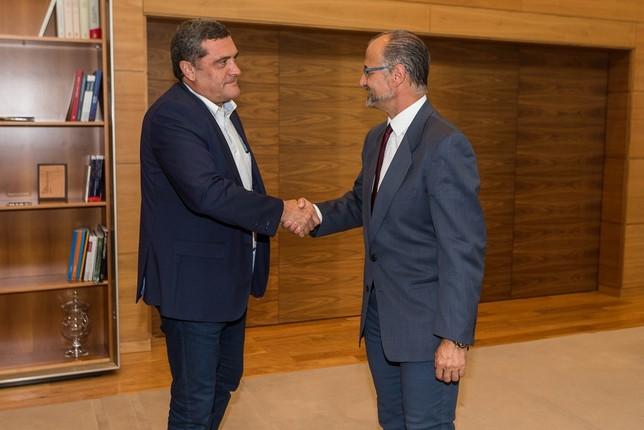 Pedro José Pascual (Por Ávila) saluda a Luis Fuentes (d) Wellington Dos Santos Pereira (Ical)