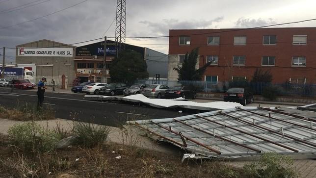 Cortan la calle Topacio tras caerse el tejado de una nave
