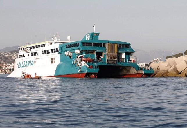 Un ferri con 400 pasajeros encalla en el puerto de Dénia