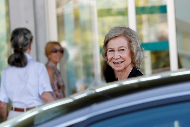 Doña Sofía visita al rey Juan Carlos en el Hospital Clínico Quirón