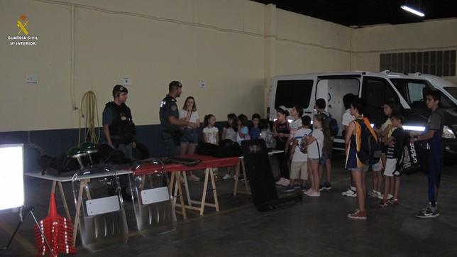 La Benemérita recibe a los alumnos de la Escuela de Verana