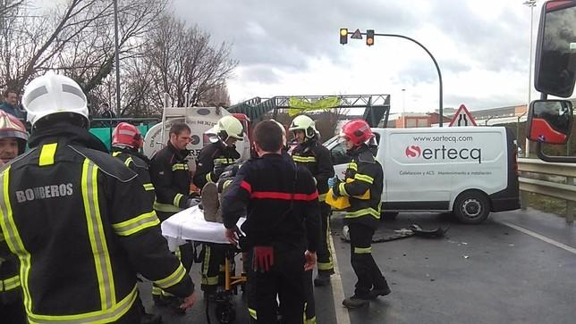 Vertido no peligroso y 2 heridos tras un choque en Landaben