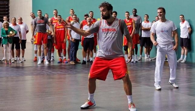 Induráin, anfitrión de la selección española de baloncesto
