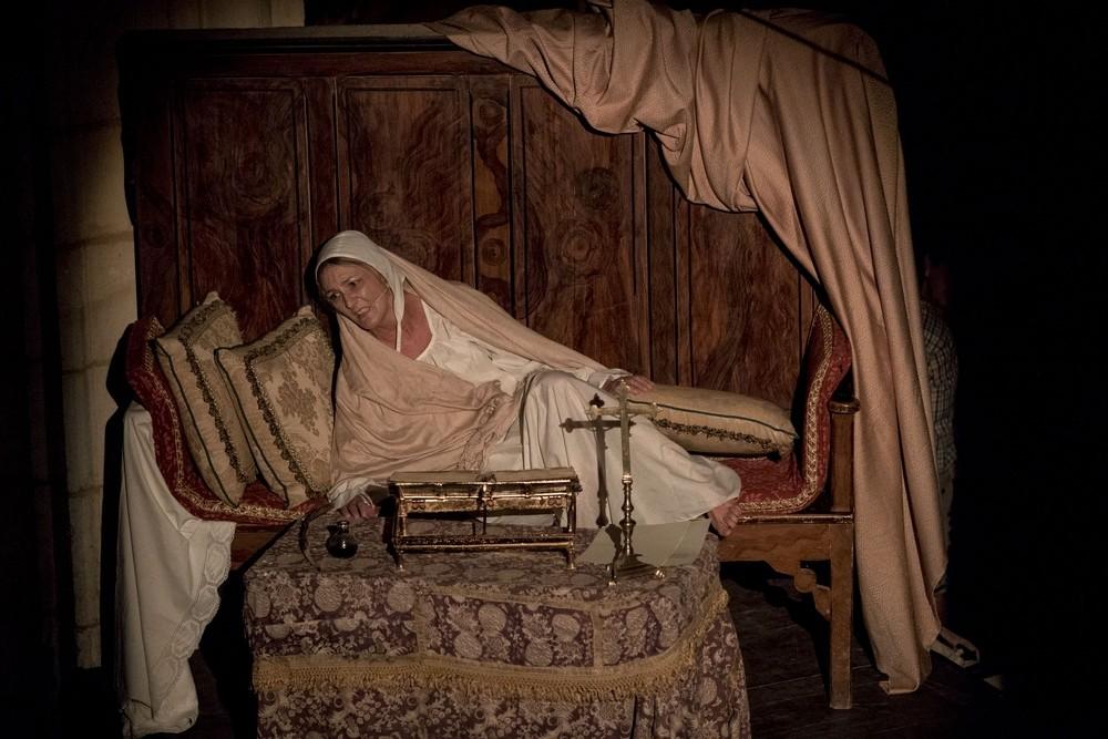 El encierro y delirios de Juana en Tordesillas también tienen hueco en la obra.