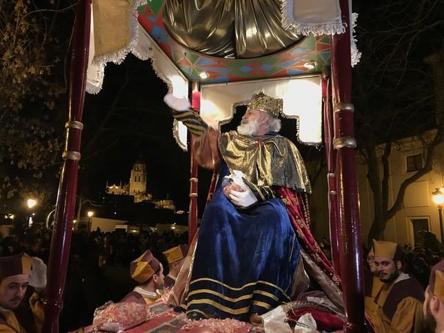 Melchor saluda al público y reparte caramelos con el fondo de la Catedral A.M.