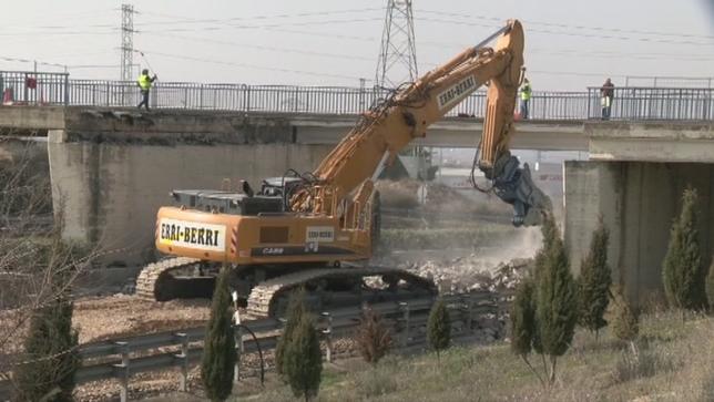 Derriban el puente de acceso a Tudela golpeado por un camión