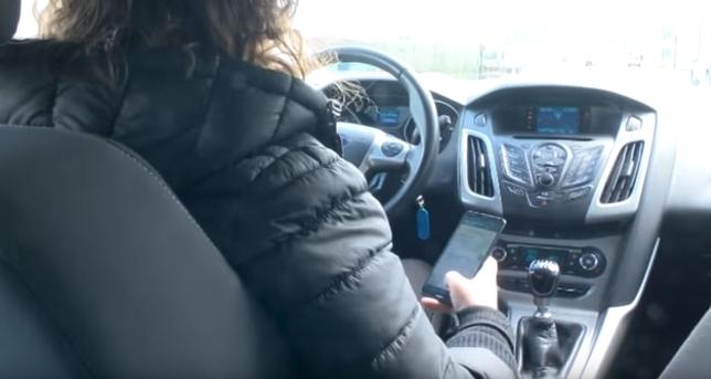 62 conductores en Pamplona denunciados por utilizar el móvil