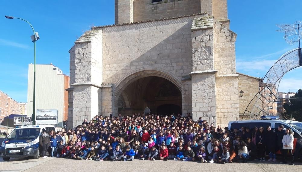 Foto de familia de los alumnos del Fernando de Rojas con integrantes de la Comisaría del Cuerpo Nacional de Policía en Burgos.