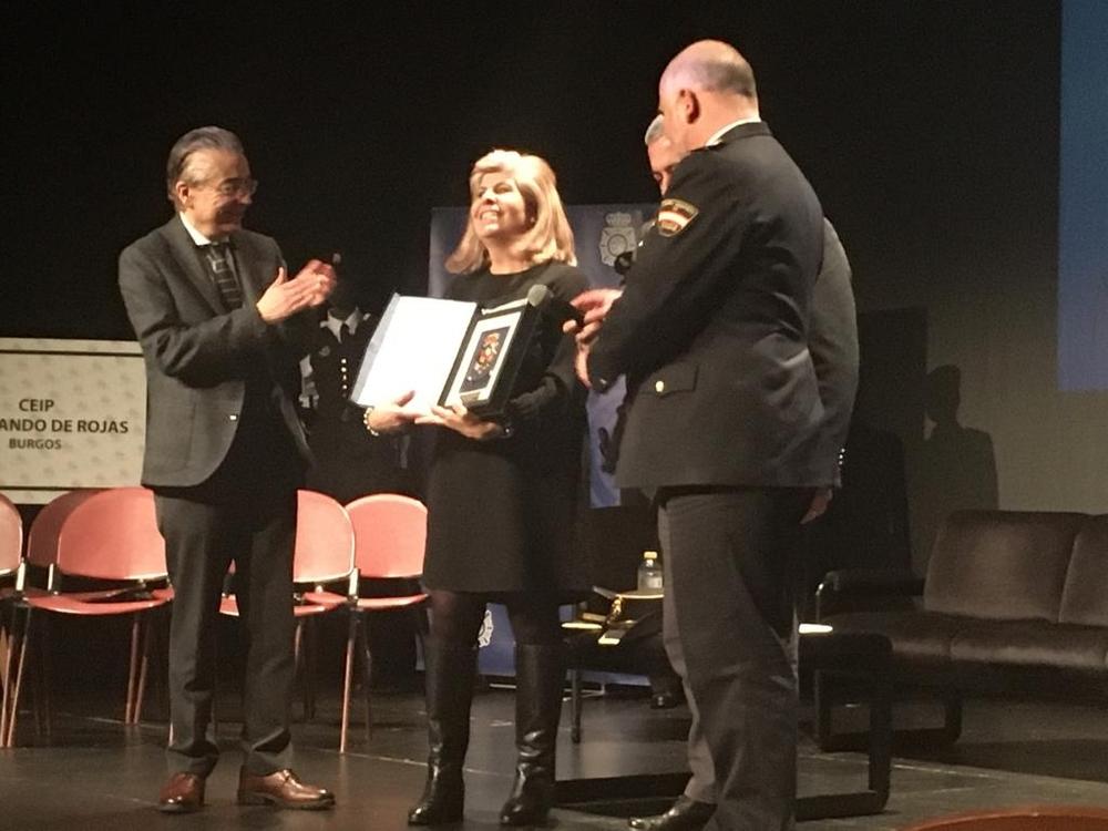 El delegado de la Junta, el subdelegado del Gobierno y el comisario jefe provincial entregan a la directora Ana María Martínez una placa.