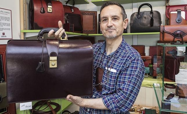 El artesano Vidal Revilla enseña la obra ganadora, un maletín de cuero con detalles de latón macizo.