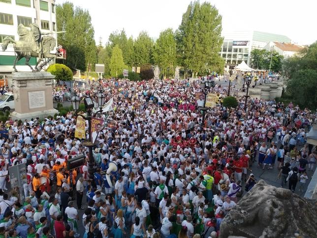 Los peñistas se concentraron en la plaza del Cid esperando la bota