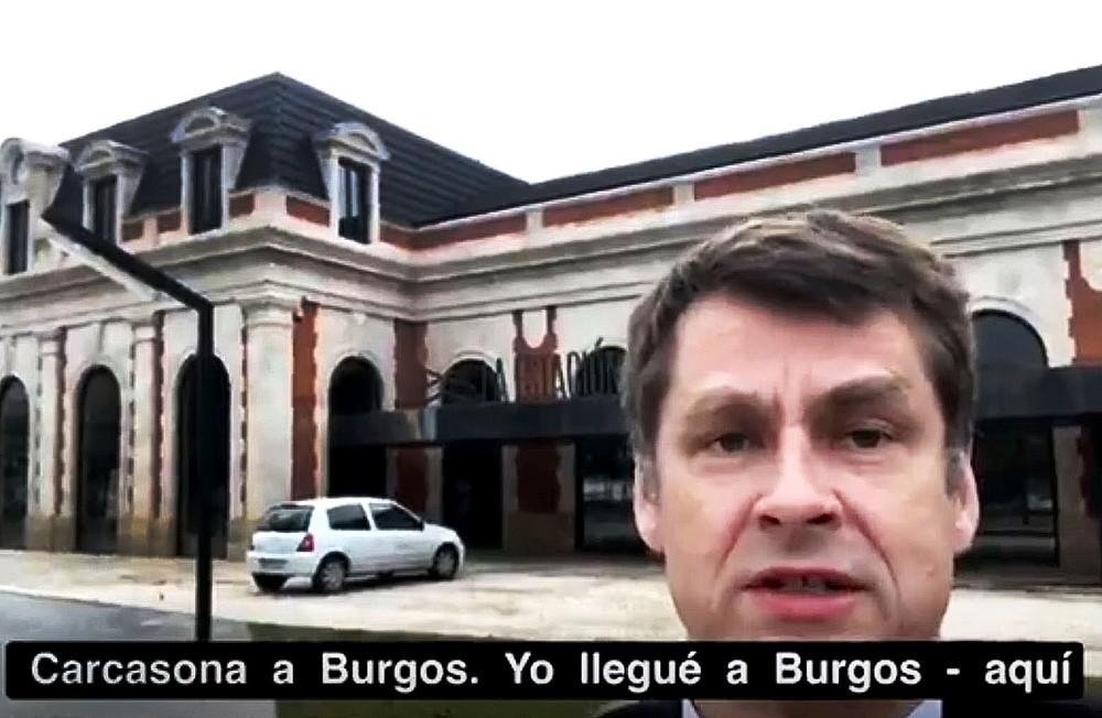 Hugh Elliott, embajador del Reino Unido para España y Andorra, delante de la vieja estación de tren.