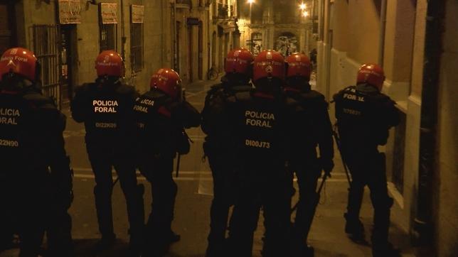 Policías antidisturbios se enfrentan a los manifestantes