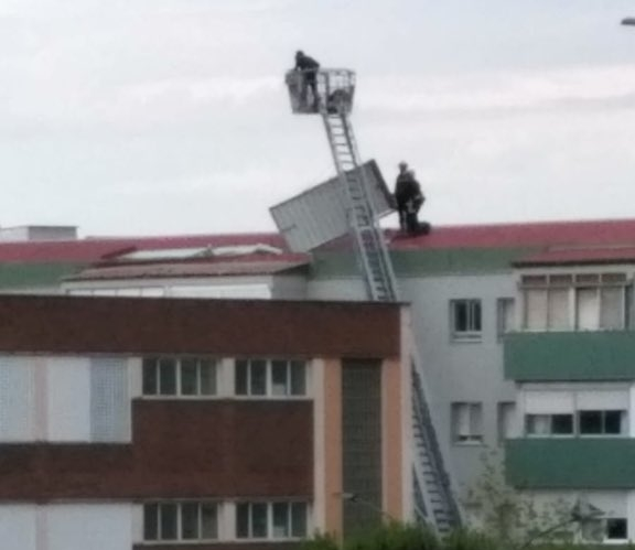 El viento arranca el tejado de una nave en San Cristóbal @BomberosVLL