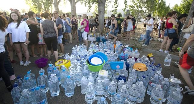 Centenares de botellas de agua se acumularon en La Peraleda para dar de beber a los sesenta perros desalojados gracias al llamamiento realizado por las redes sociales.