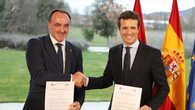 Esparza y Casado firman el acuerdo electoral UPN-PP