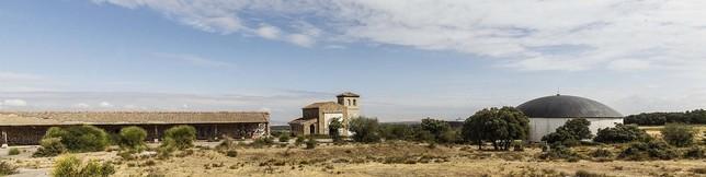 A la izquierda, el espacio para artesanos, en el centro la ermita, y a la derecha la cúpula, que albergaba el panorámco y la sala de cine.