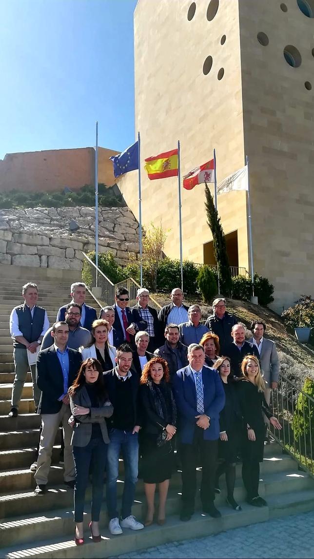 Los miembros del jurado y del Consejo Regulador, delante de la sede.