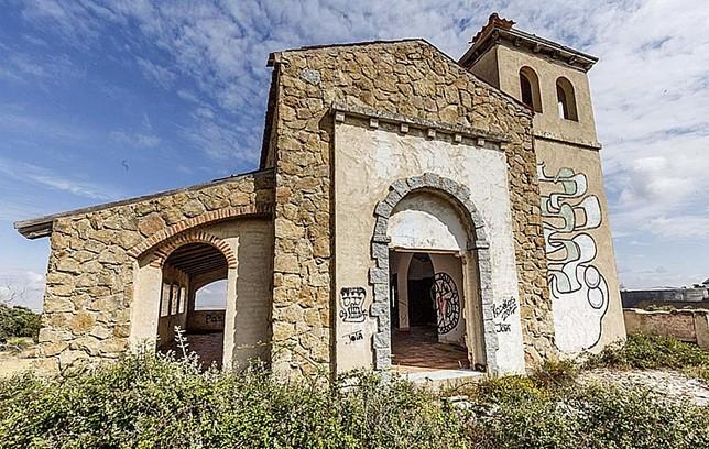 Ermita que se construyó, ahora llena de graffitis.