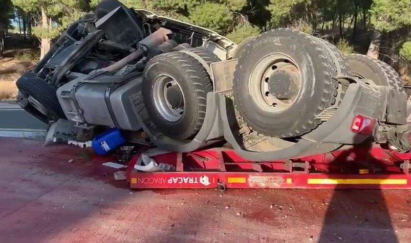 Vuelca con un camión cargado de vigas de hierro en Valtierra
