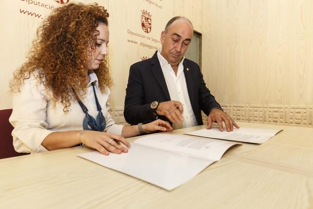 Otero y el presidente de la Diputación, en el momento de la firma del pacto.