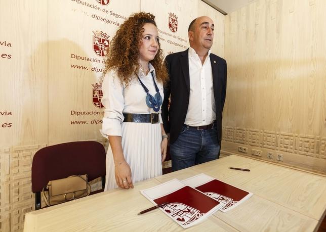 Otero y De Vicente, posan ante los reporteros gráficos tras sellar el acuerdo.