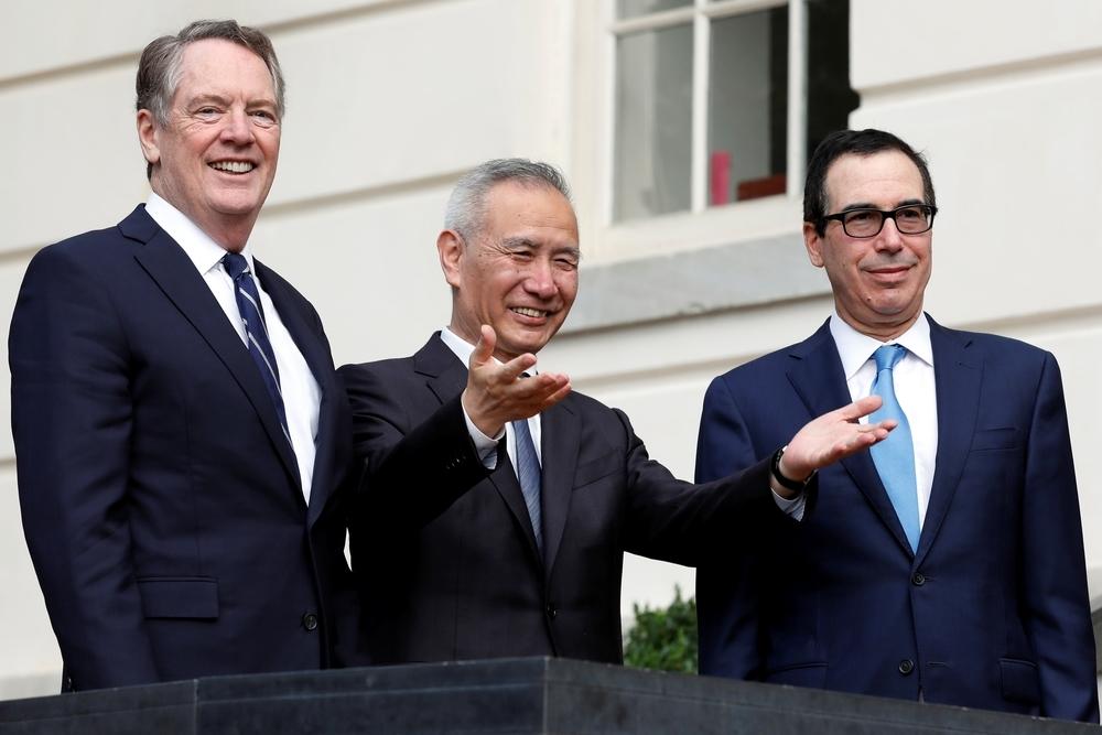 El viceprimer ministro chino, Liu He (c) bromea junto al secretario del Tesoro estadounidense, Steven Mnuchin (d) y el representante comercial del país, Robert Lighthizer