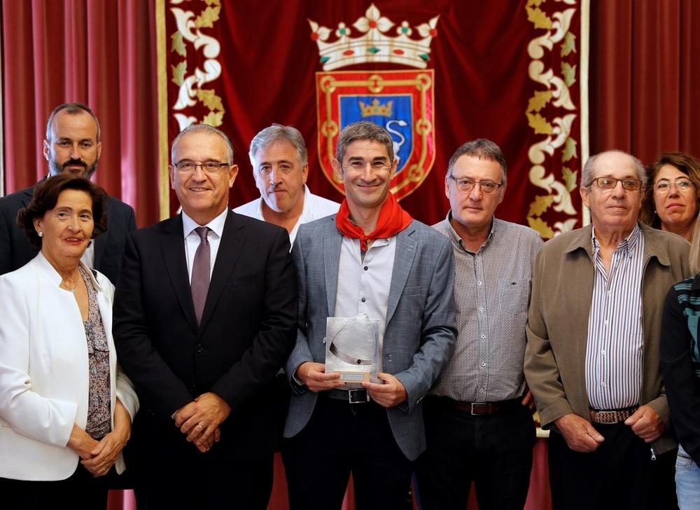 Undiano Mallenco se anuda orgulloso el Pañuelo de Pamplona