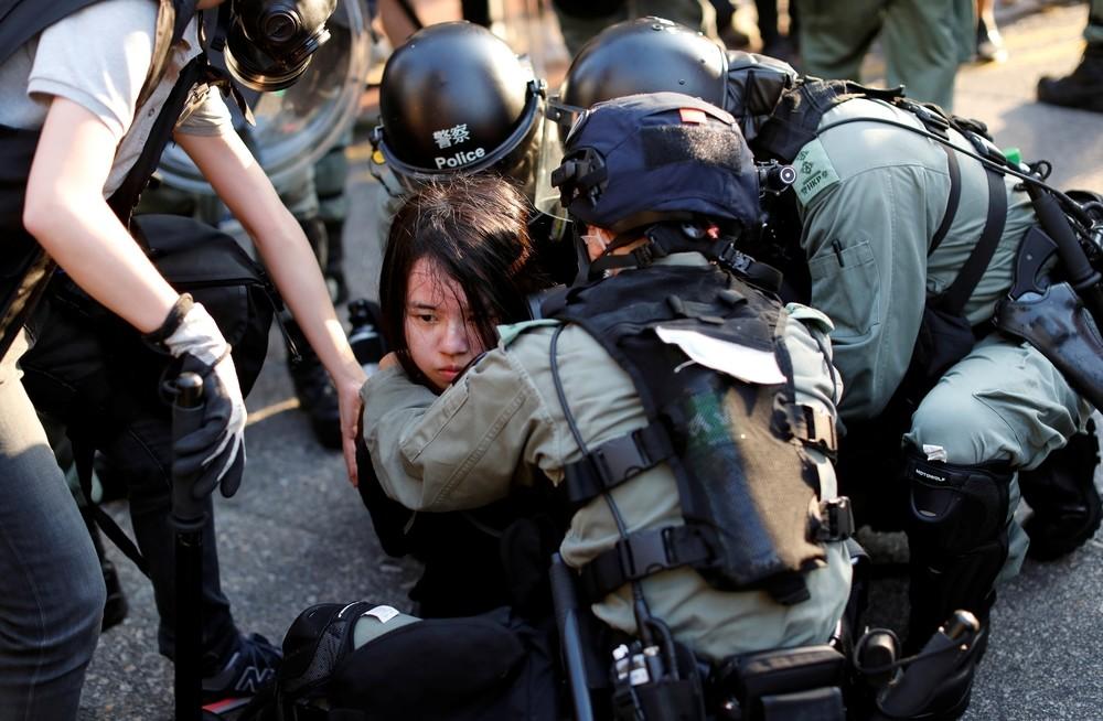 La policía de Hong Kong utiliza gases lacrimógenos