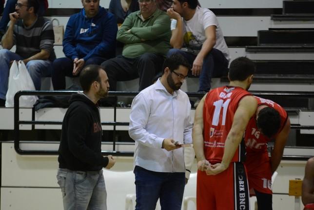 Xabi Jiménez, de camisa blanca, durante un tiempo muerto Iñaki Martínez