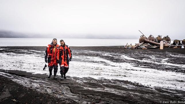 Duque y Pereda pasean con los trajes especiales que les protegen de las temperaturas extremas. Luis Bobi