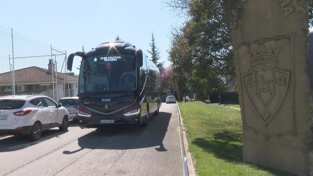 Momento en el que el autobús de Osasuna sale de Tajonar rumbo al aeropuerto de Bilbao