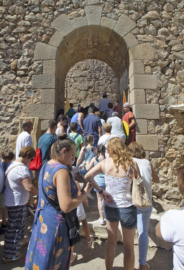 Unas 50 personas asistieron a cada pase en el castillo de la Muela en el cerro Calderico.
