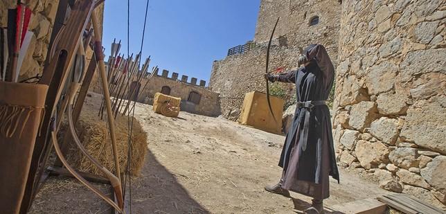 La iniciativa también ofrece a los espectadores una demostración del entrenamiento de los arqueros.