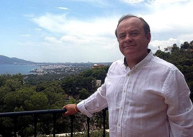 Martínez Acitores, en la terraza de si casa en Altea.