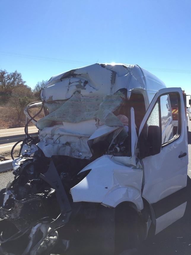 Estado en el que ha quedado la furgoneta en la que viajaba la víctima. @BomberosBurgos