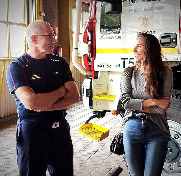 Julio Estébanez y Naiara sonríen en un momento de la charla.