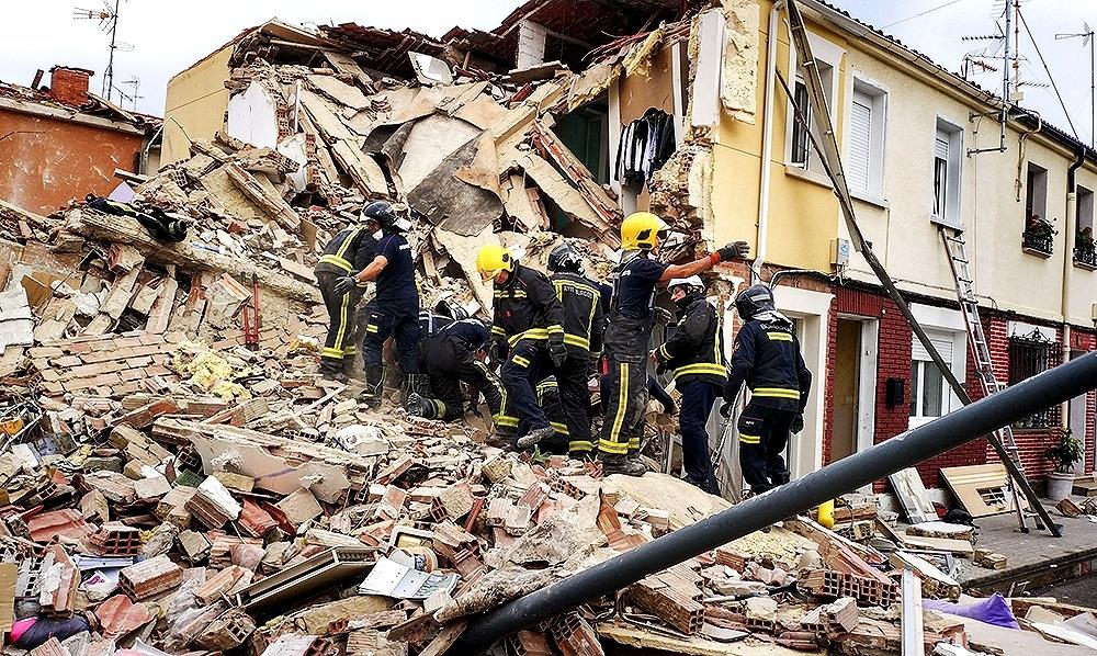 Momento en que los bomberos localizan a la joven bajo los escombros de su vivienda.
