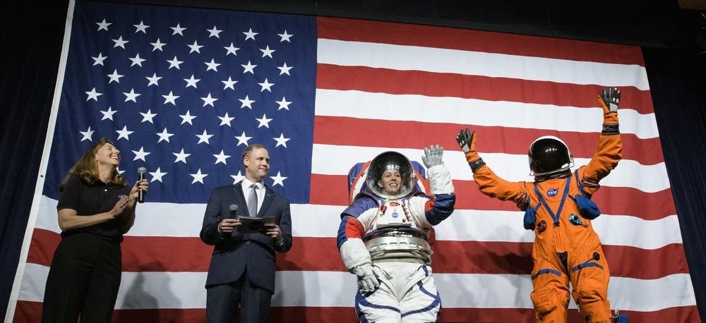 La NASA presenta sus trajes espaciales para volver a la Luna