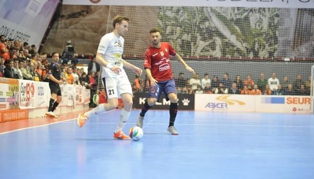 Sergio González maneja el balón en el derbi del pasado fin de semana frente a Osasuna Magna Ribera Navarra FS