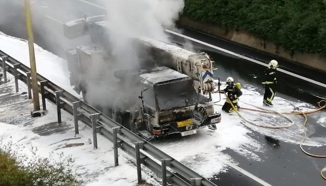 El incendio de un camión obliga a cortar un carril de la N-1 Policía Foral